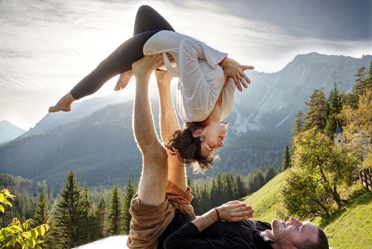 Позы йоги для двоих — для укрепления тела и отношений